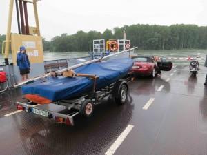 Scheff fährt Schiff bei Hochwasser